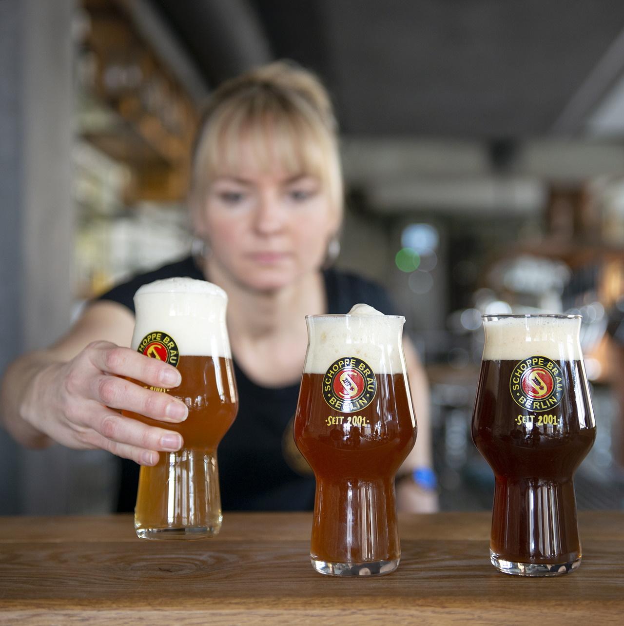 Frau mit Biergläsern im Vordergrund